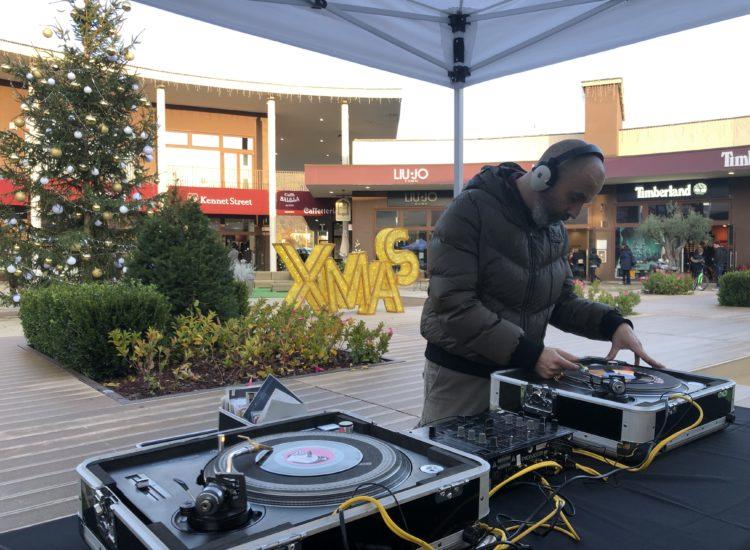 AL 5TERRE OUTLET SI ACCENDE IL NATALE COI DJS DI VINYLISTIC